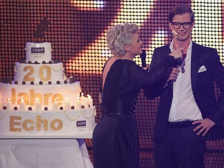 ,Die Moderatoren Ina Müller und Joko spielten ein bisschen mit der Geburtstagstorte des Echos.