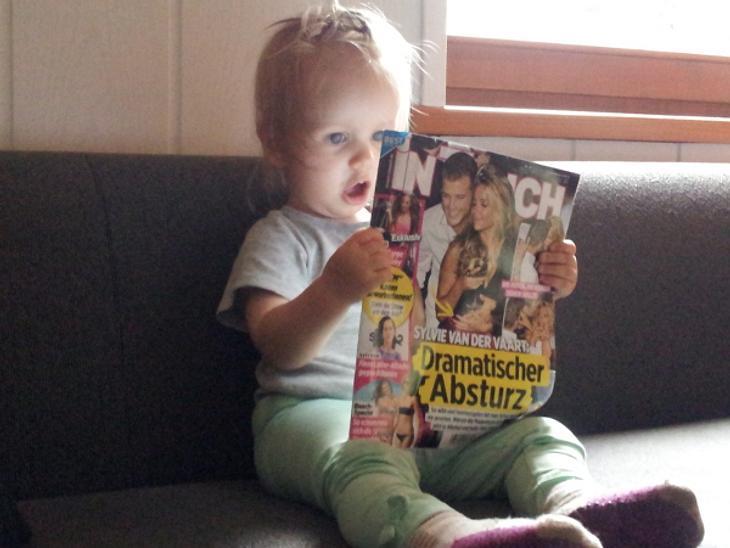 Unsere wohl jüngste InTouch Leserin. Und sie guckt genauso schockiert wie Sylvie van der Vaart.