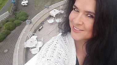 Iris klein verschenkt die Hochzeitstorte von Daniela Katzenberger - Foto: Facebook/ Bistro Friends