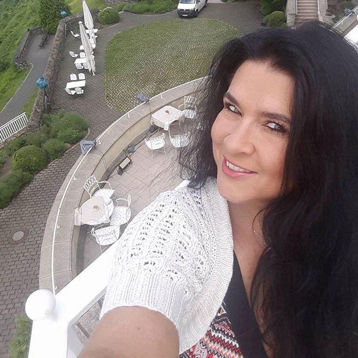 Iris klein verschenkt die Hochzeitstorte von Daniela Katzenberger
