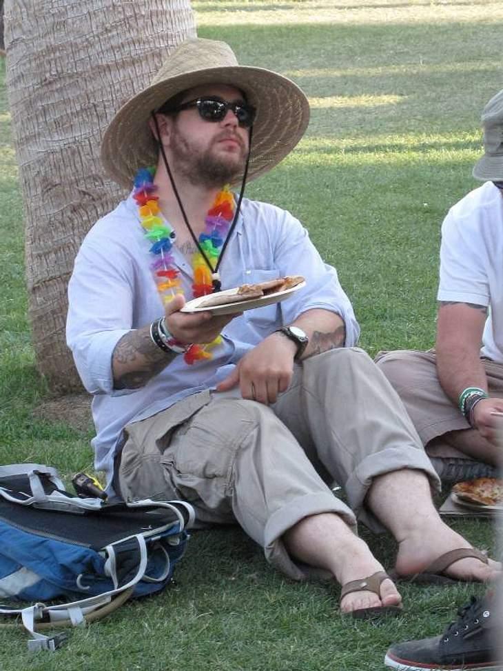 Coachella Festival Gaaaanz entspannt:  Jack Osbourne mit Sonnenhut und Blümchenkette - so schmeckt das Essen doch 1000-mal besser.