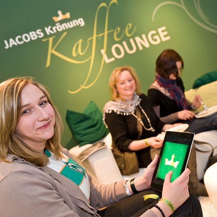 Die gemütliche Kaffee-Lounge von JACOBS Krönung lädt Sie und eine Begleiterin ein.