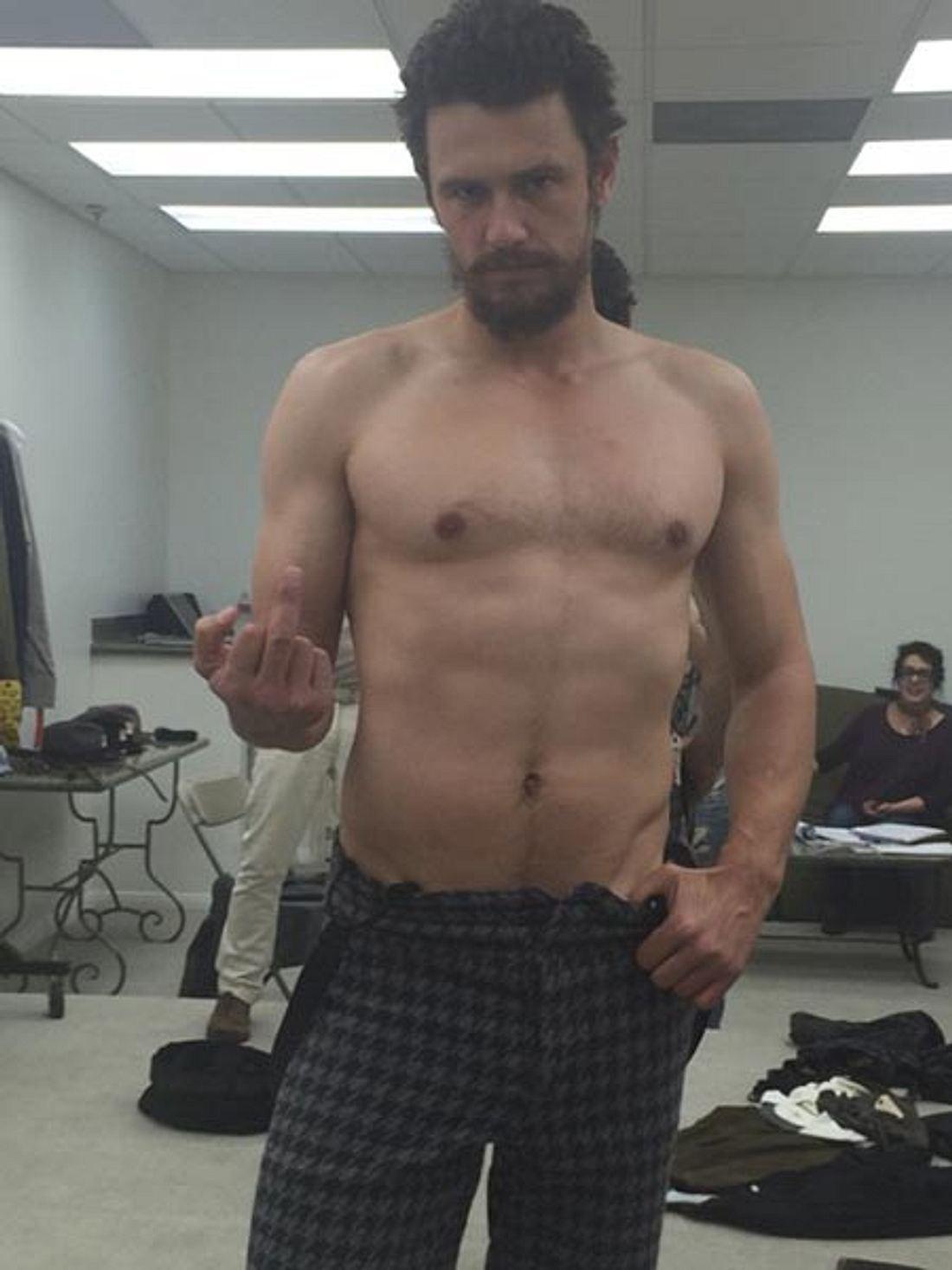 Ein bisschen erinnert er an Hugh Jackman als Wolverine, nur etwas schmaler