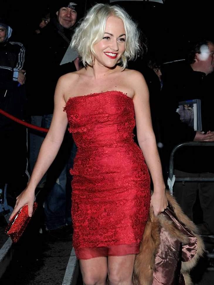 Zwei Stars, ein Kleid: Diese Stars tragen die gleichen Klamotten!Der Look von Jamie Winston: Jamie Winston in einem süßen Spitzenkleid von Dolce & Gabbana. Sie kombiniert dazu rote Peep-Toes und einen Pelz.