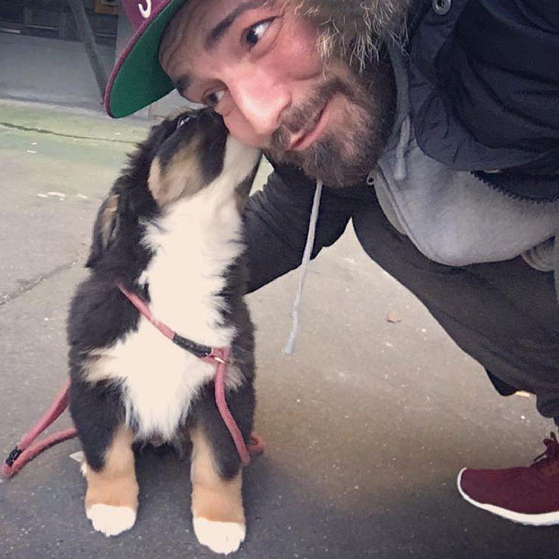 Jan Leyk zeigt seinen neuen Hund Bruno