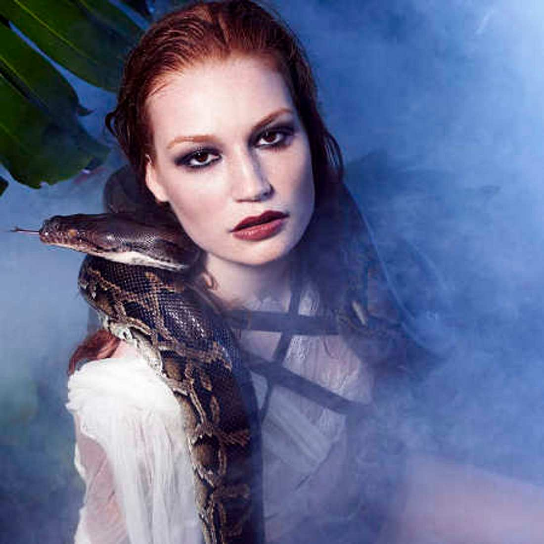 Model Jana beim Schlangenshooting