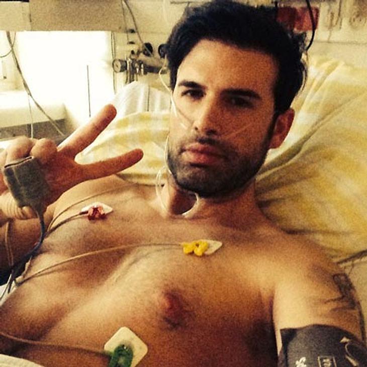 Jay Khan liegt im Krankenhaus