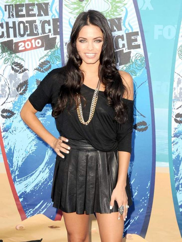 Jenna Dewan - Frau von Channing Tatum - in einem süßen Leder-Faltenrock.