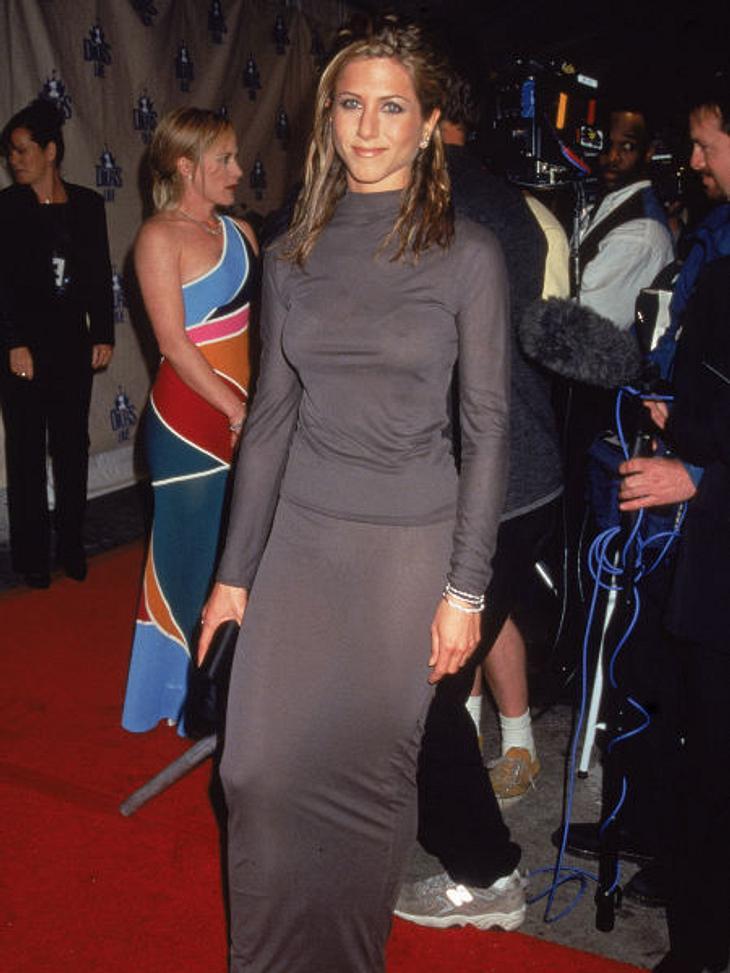 Der Look von Jennifer Aniston: April 1998,Schlichte Farben und Schnitte, okay, aber wie ein Kartoffelsack möchte doch auch Jennifer Aniston nicht aussehen. 1998 schien sie noch nicht ihre Mitte gefunden zu haben.