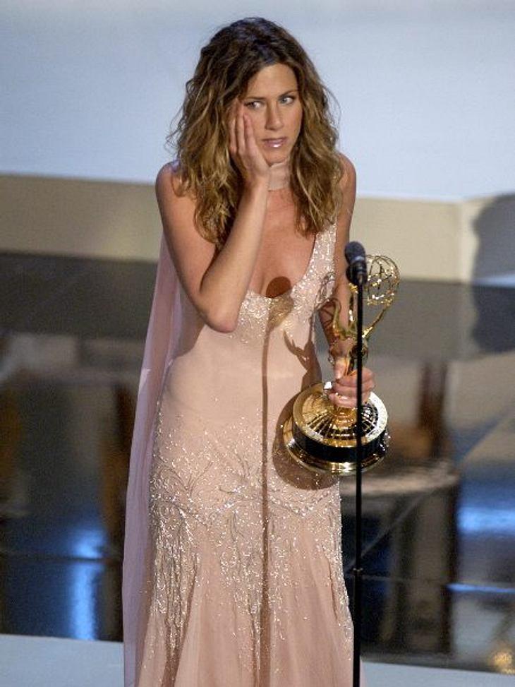 """Der Look von Jennifer Aniston: September 2002 Ihre Abendkleider sind auffällig oft cremefarben oder zartrosa, so wie hier bei den """"Emmy Awards""""."""