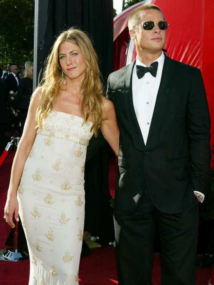 Der Look von Jennifer Aniston: September 2004 Emmy-Verleihung 2004: Der letzte gemeinsame Auftritt von Brad Pitt und Jennifer Aniston vor der dramatischen Trennung drei Monate später. Jennifer trägt ein wunderschönes weißes Kleid mit Perlen