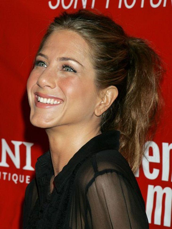 Der Look von Jennifer Aniston: März 2006 Mit zusammengebundenen Haaren sieht man Jennifer Aniston selten - steht ihr aber gut!