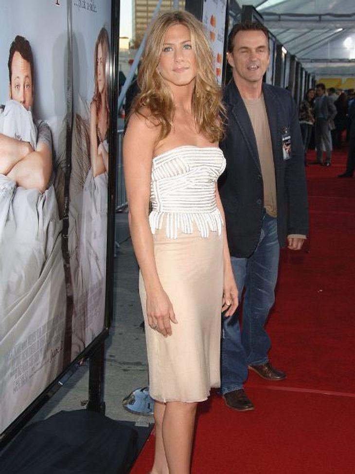 """Der Look von Jennifer Aniston: Mai 2006 Bei der Premiere zu """"Trennung mit Hindernissen"""": Cremefarbener Rock und weißes Top - top!"""