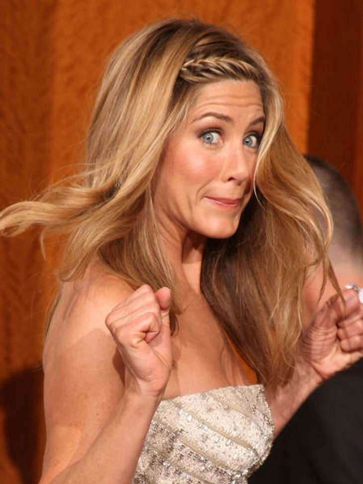 Abergläubische StarsImmer schön ei machen! Wenn Jennifer Aniston (42) ein Flugzeug besteigen muss, fährt sie beim Einsteigen immer mit der rechten Hand außen über die Maschine und macht mit dem rechten Fuß den ersten Schritt in den Jet. &qu