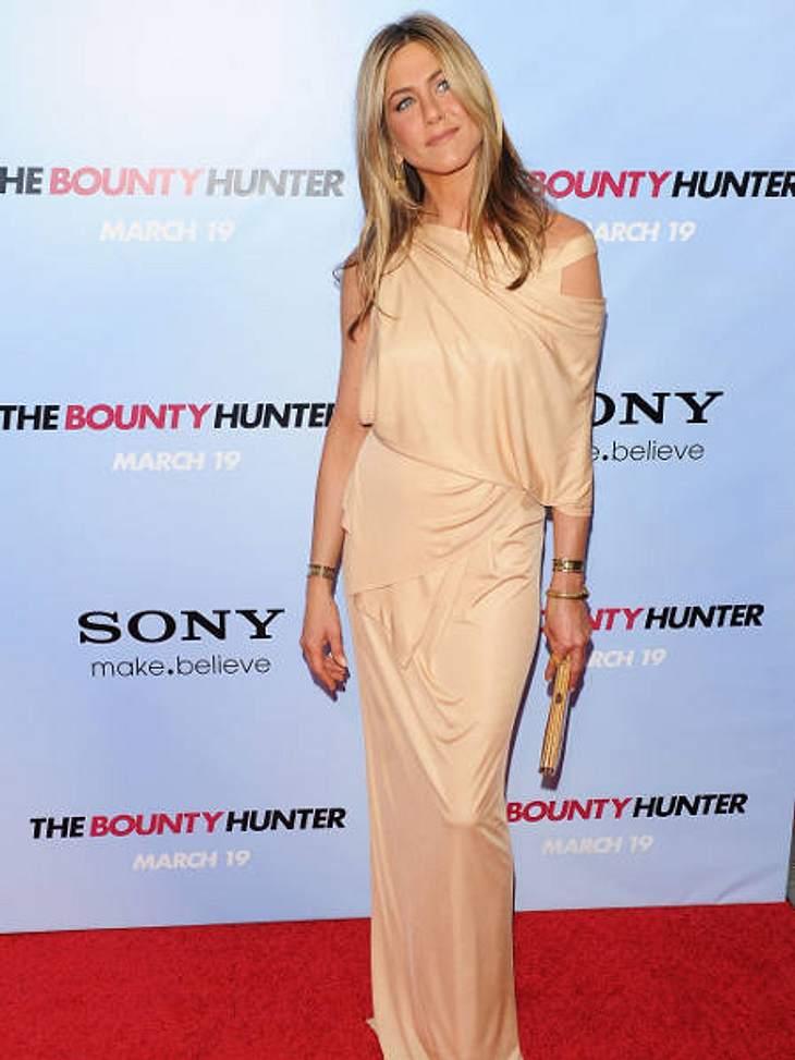 Der Look von Jennifer Aniston: März 2010 Ein Abendkleid in Cremefarben ist typisch für Jennifer Aniston. Die lässige Form des Kleides fällt wunderschön.