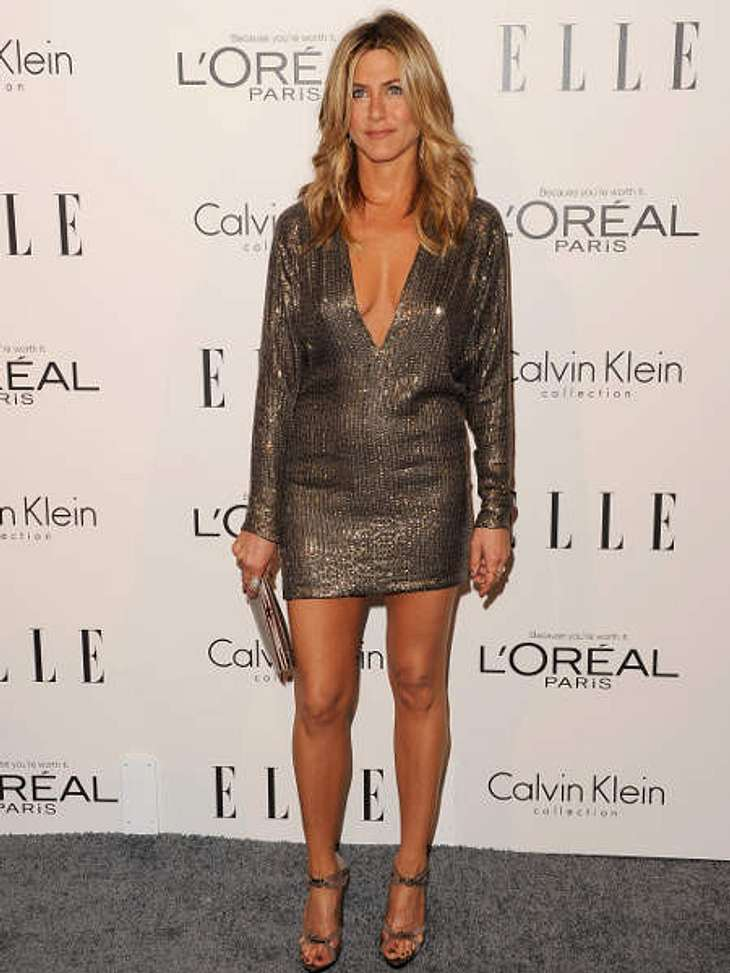 Der Look von Jennifer Aniston:  Das kleine Bäuchlein, dass sich unter dem Kleid und dem tiiiiieeeeefen Ausschnitt abzeichnet, gab es erst Babygerüchte um Jennifer Aniston. Sie sagt, das Bäuchlein käme aber nur, weil sie mit dem Rauchen aufg