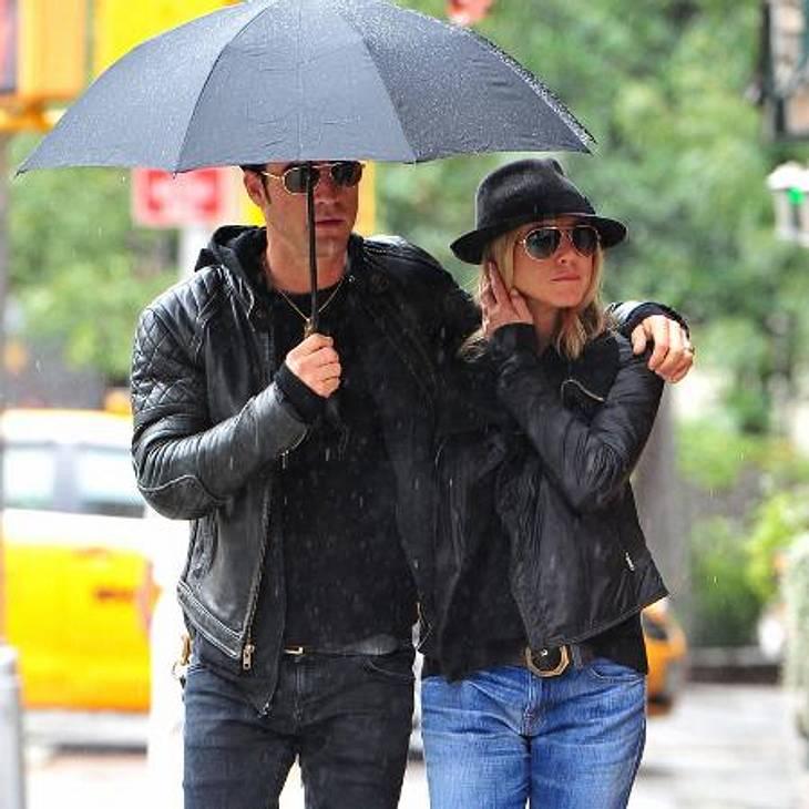 Jennifer Aniston: Das beste Jahr ihres LebensEin Bild mit viel Symbolkraft: Mit Justin Theroux hat Jennifer endlich einen Mann gefunden, der sie beschützt, der fest an ihrer Seite steht. Nach all den Kurzzeitbeziehungen der letzten Jahre sc