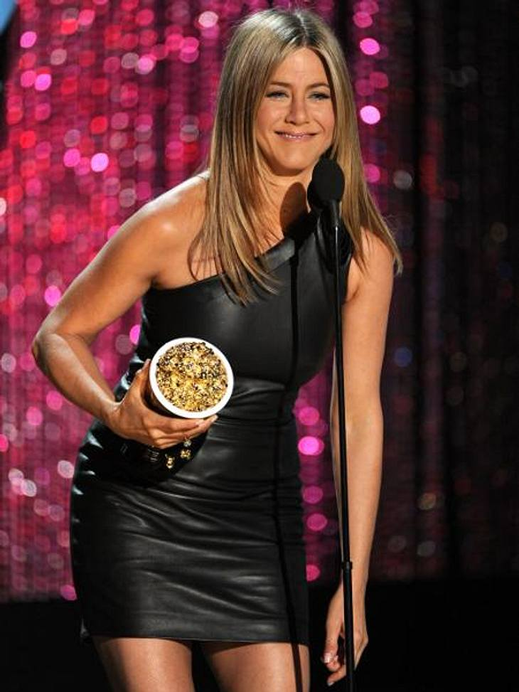 """Die Stars lieben LederSeitdem Jennifer Aniston (43) mit Justin Theroux (40) liiert ist, gleicht sie ihren Style immer mehr dem Rocker-Look ihres Liebsten an. Bestes Beispiel: Auf den """"MTV Movie Awards"""" erschien sie in diesem knapp"""