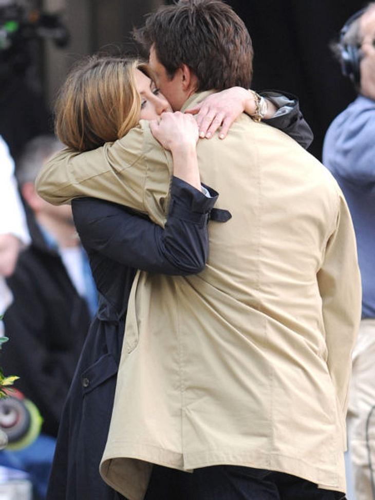 """VIP-Kuscheln: Diese Stars haben sich liebIn """"Umständlich verliebt"""" spielen Jennifer Aniston und Jason Bateman beste Freunde. Grund genug sich auch mal am Set in den Arm zu nehmen."""