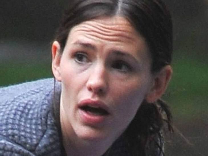 Stars ungeschminkt Jennifer Garner macht sich keinen Kopf um den perfekten Auftritt auf dem Spielplatz. Sie geht ohne Make-Up los.