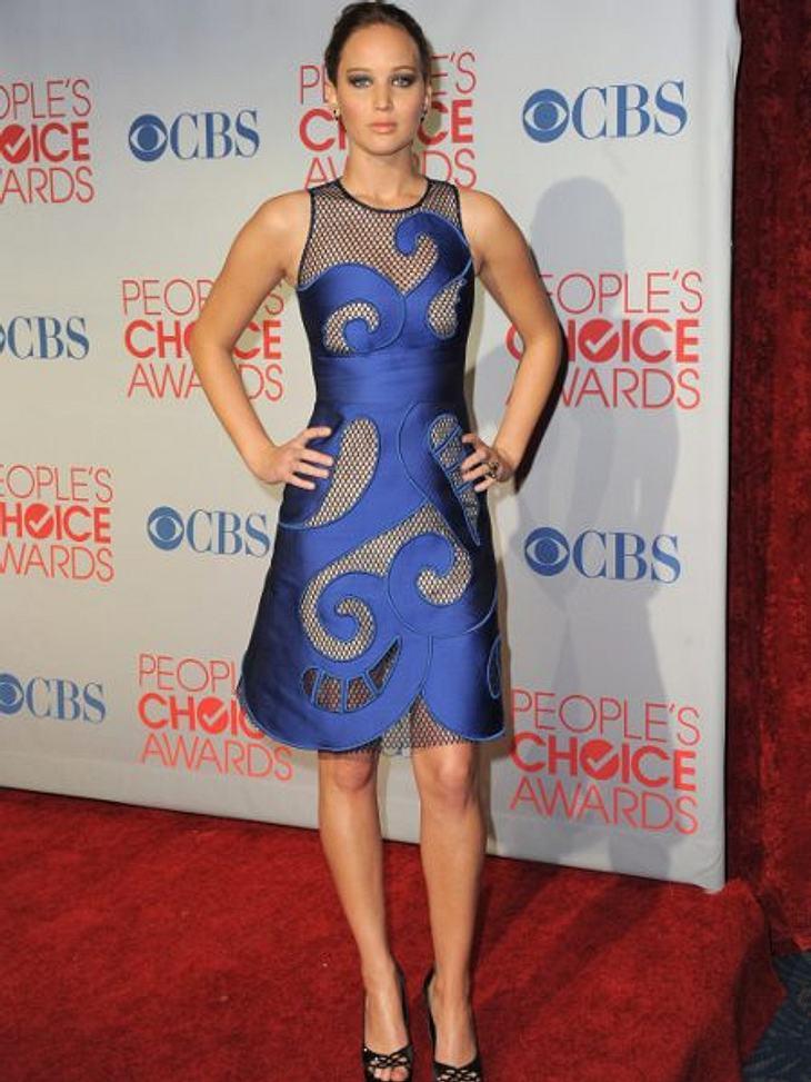 """Jennifer Lawrence: Plötzlich berühmt...Bei den """"People's Choice Awards"""" 2012 trug Jennifer Lawrence eine Kreation aus Netz und blauer Seide. 2011 war auch sie eine der schönsten Menschen des Jahres, die vom """"People's""""-Ma"""