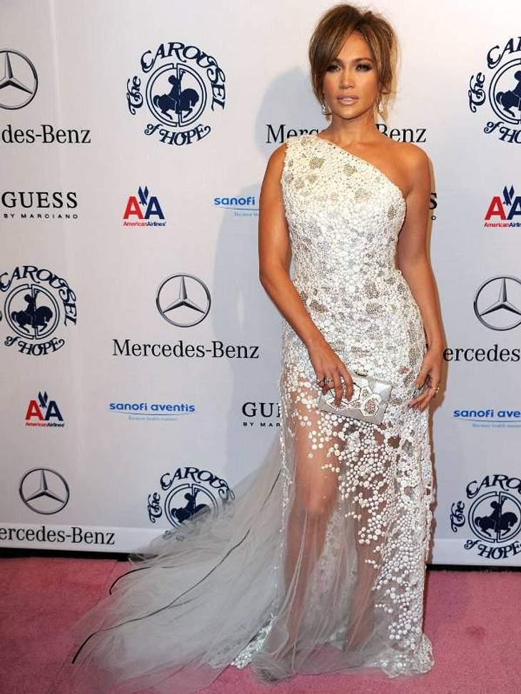 """Die Luxus-Ballkleider der StarsHier feiert sie in Weiß bei der """"Carousel Of Hope""""-Gala."""