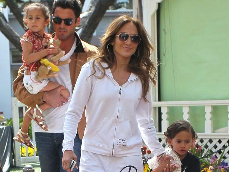 """Wer ist die beste Mutter Hollywoods?Die VerknallteIhr ist die Liebe wichtiger! Seit Jennifer Lopez (42) mit ihrem Toyboy Casper Smart (25) zusammen ist, kümmern sich zwei Nannys praktisch den ganzen Tag um die Twins Max und Emme. """"Die"""