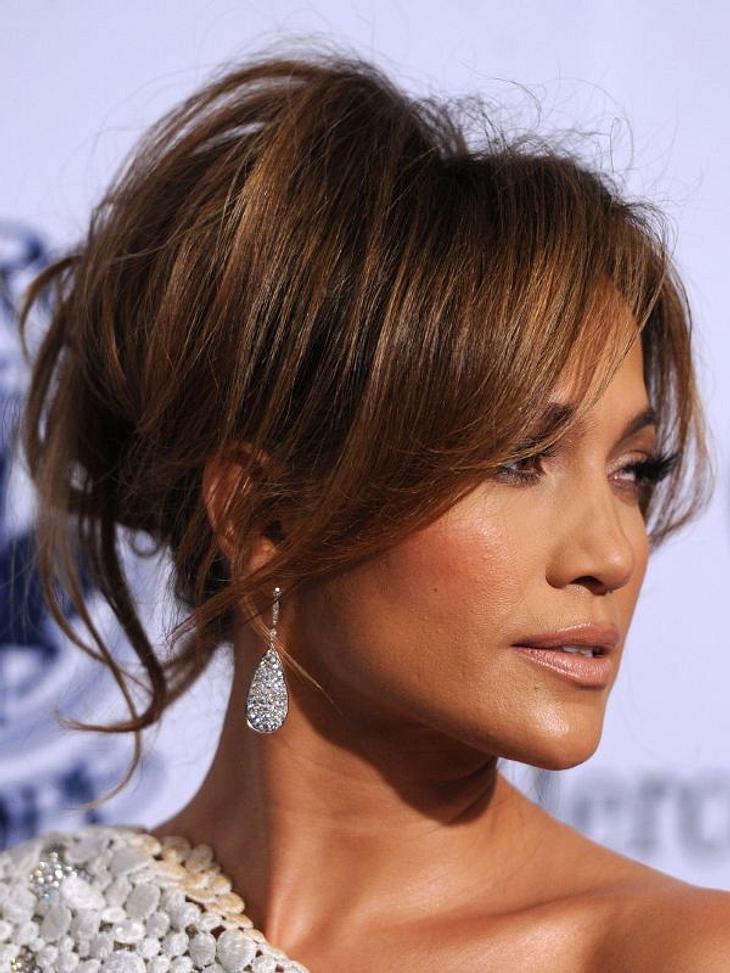 Die Partyfrisuren der StarsDie Haare von Jennifer Lopez wurden nur locker zusammen genommen, im Nacken zusammengedreht und festgesteckt.