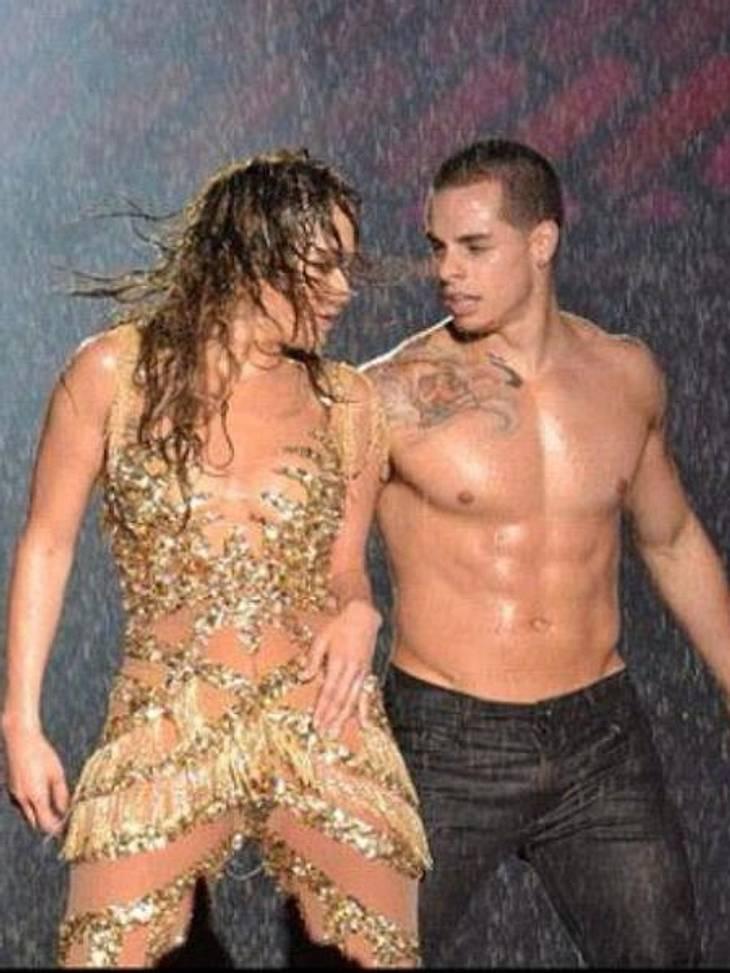 """Die besten Twitter-Bilder der Stars im JuliEin Schnappschuss fürs Familienalbum: Jennifer Lopez (43) twittere ein Bild von einem Auftritt mit Casper Smart (24) und schrieb dazu: """"Im Leben geht es nicht darum, den Sturm zu überleben, so"""