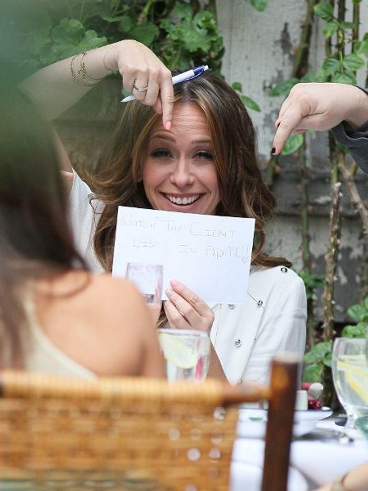 """Stars mit ganz viel HumorWenn Paparazzi sie schon fotografieren, dann kann Jennifer Love Hewitt ruhig gleichzeitg Werbung für ihre neue Serie machen. Auf dem Zettel steht: """"Guckt Euch """"The Client List"""" im April an!"""""""