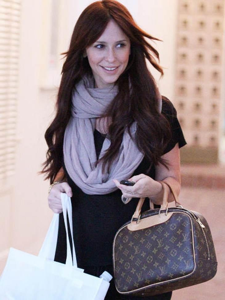 Die Stars und ihre Louis Vuitton Taschen Jennifer Love Hewitt trägt die Deauville-Bag, die eigentlich eine Kosmetiktasche für die Reise ist. Kosten: 965 Euro