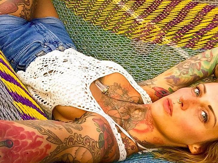 Auch Jennifer Rostock-Sängerin Jennifer Weist sieht nicht so aus, als wäre sie unglücklich mit ihren Tattoos