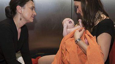 Jenny (Kaja Schmidt-Tychsen) mit ihrer kleinen Tochter - Foto: RTL / Kai Schulz