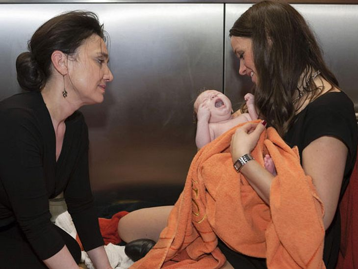 Jenny (Kaja Schmidt-Tychsen) mit ihrer kleinen Tochter