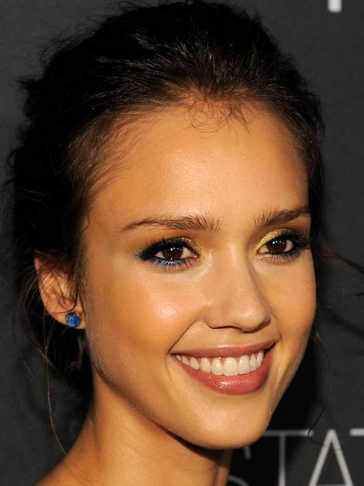 Einige Stars wie Jessica Alba verwenden für die Augen mehrere farbige Lidschatten.