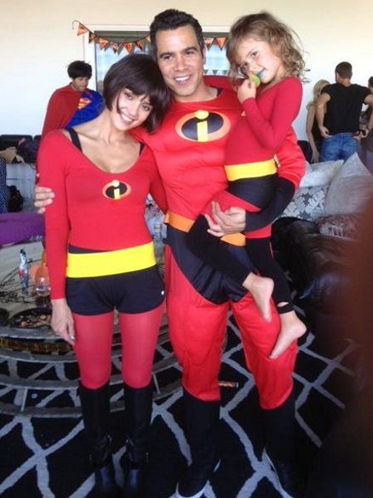 """Wie süß! Jessica Alba, ihr Mann Warren und ihre älteste Tochter Honor machen zu Halloween einen auf die """"Unglaublichen""""."""