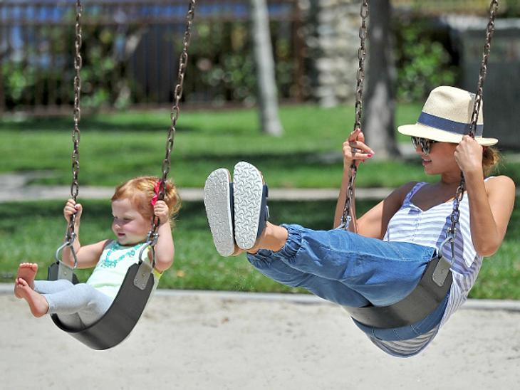 """Immer in Bewegung bleiben! Jessica Alba macht viel Sport: """"Ich trainiere jeden Tag mindestens 45 Minuten bis eine Stunde."""" Auch beim Spielen mit Tochter Haven bleibt sie nicht auf der faulen Haut sitzen. Sie tobt mit ihr über den"""