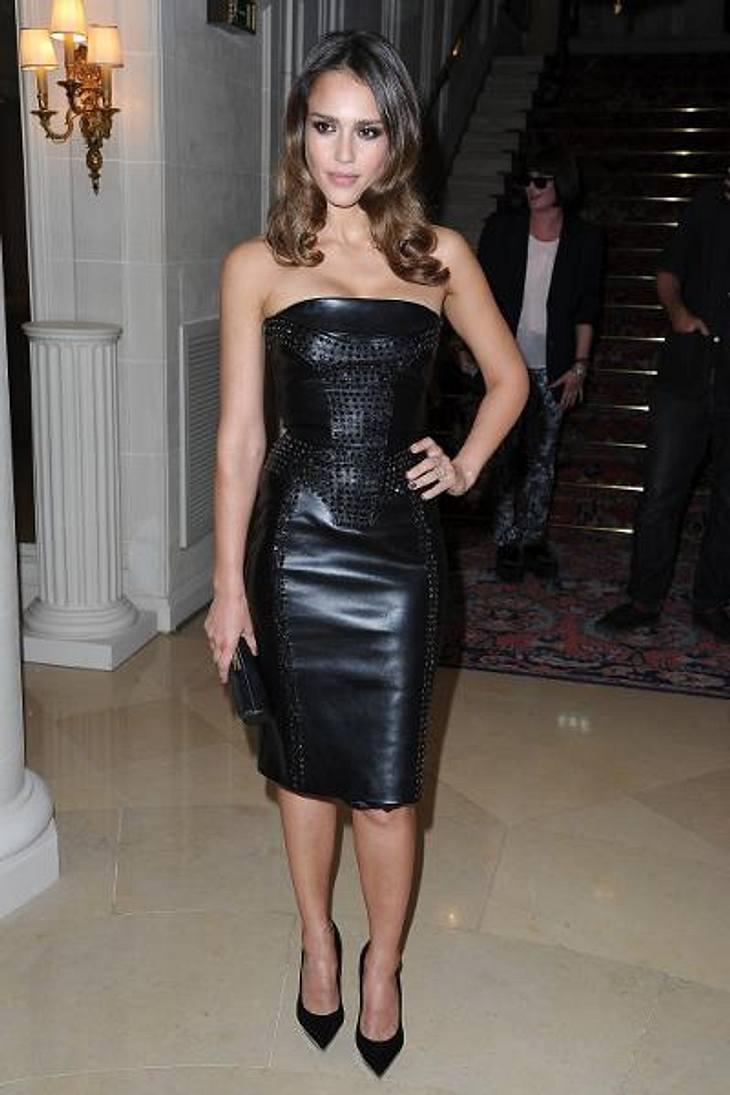 Die Stars lieben LederWer einen heißen Body hat, kann ihn ruhig in heißen Stoff hüllen. Das dachte sich wohl auch Jessica Alba (31) und tauchte bei der Pariser Fashion Week im Tube-Dress aus Leder auf. Smoking hot!