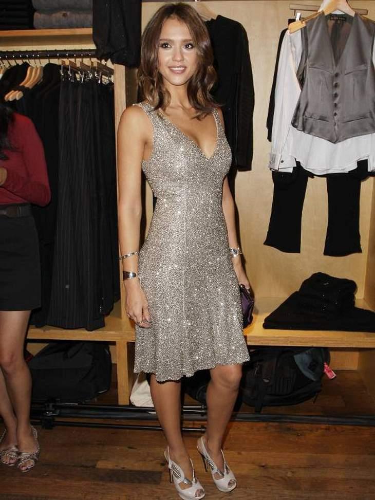 Pailletten-Abendkleider:Jessica Alba - top-gestylt. Pailetten machen eben aus jedem noch so schlichtem Kleid ein Highlight auf dem roten Teppich.