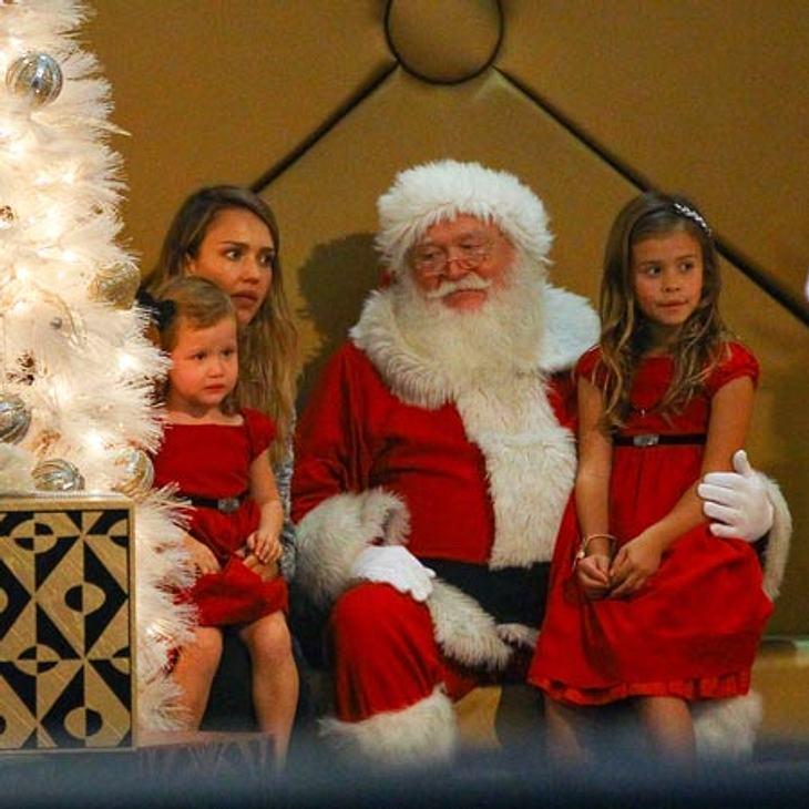 Begeisterung sieht irgendwie anders aus... Jessica Alba und ihre Töchter treffen Santa Claus im Kaufhaus.