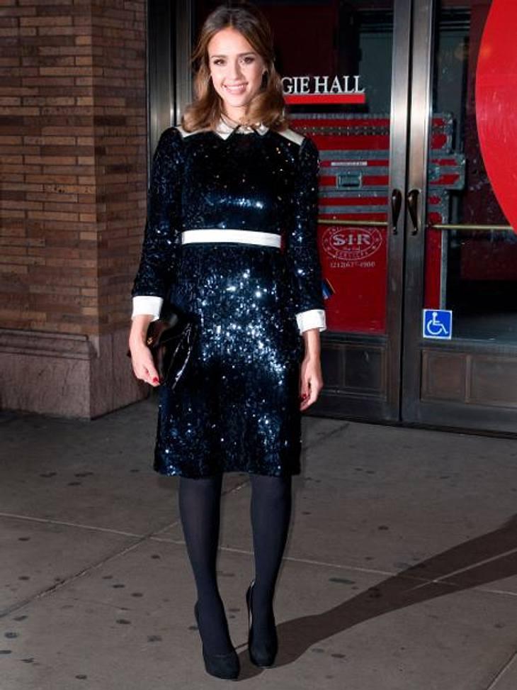 Star-Style: Die größten Fashion-Fiaskos im NovemberGlitzer-Graus:  Ja, Pailletten sind voll angesagt! Aber dieses nachtblaue Kleid, was Jessica Alba da trägt, ist in Kombination mit den blickdichten Strumpfhosen doch eher etwas für ihre Oma