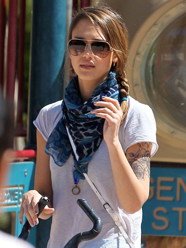 """Die Tattoos der Stars: Diese Bilder gehen unter die Haut... es ist Schauspielerin Jessica Alba! Dieses Tattoo ist allerdings nur ein Fake für ihren Film """"A.C.O.D"""". Hier ist sie gerade mit ihren Töchtern Honor und Baby Haven im Col"""