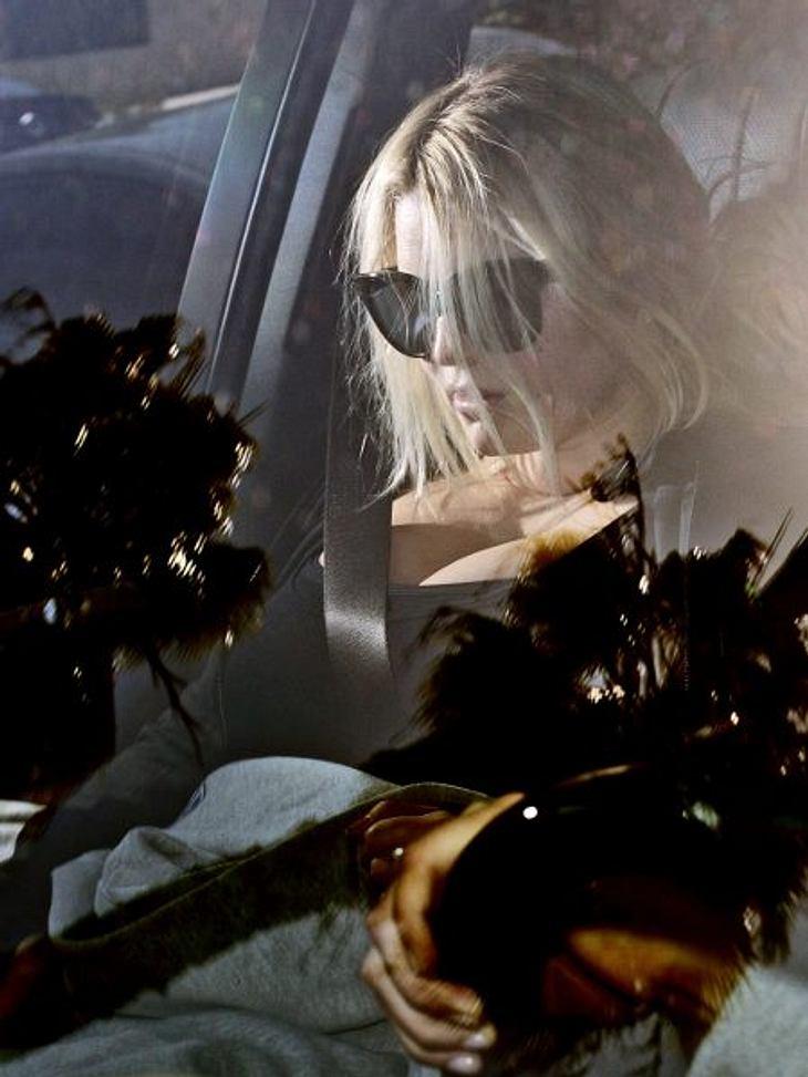 Stars im SchlabberlookBei jedem öffentlichen Auftritt von Jessia Simpson sieht man sie im schwarzen Schlabberpulli, strähnigen Haaren und ungeschminkt. Ein Trauerklos!