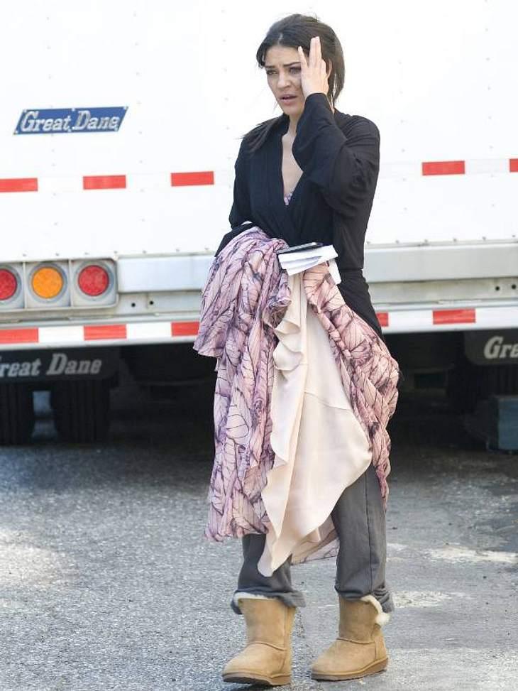 Unterm Wallekleid trägt Jessica Szohr UGGs und Jeans.