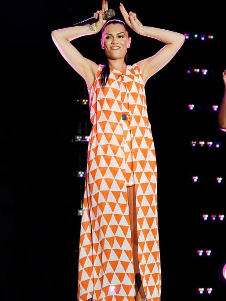Star-Style: Die größten Fashion-Fiaskos im AugustSeventies-Schreck: Warum sollte man die gute Gardine aus den 70er-Jahren einfach wegwerfen? Man kann doch noch prima ein Kleid daraus nähen! Jessie J (24) macht's vor...