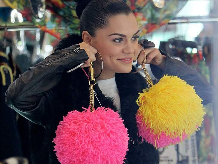 Peinlich? Lustig? Manchmal beides...Jessie J. steht auf abgefahrene Outfits. Die passenden Accessoires dürfen da nicht fehlen. Wie wäre es beispielsweise mit riesigen Fluff-Ohrringen?