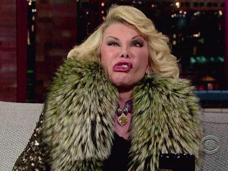 """Stars können manchmal sehr peinlich sein""""Fashion Police""""-Talkerin Joan Rivers wie immer top gestylt, doch mit entgleisten Gesichtszügen."""