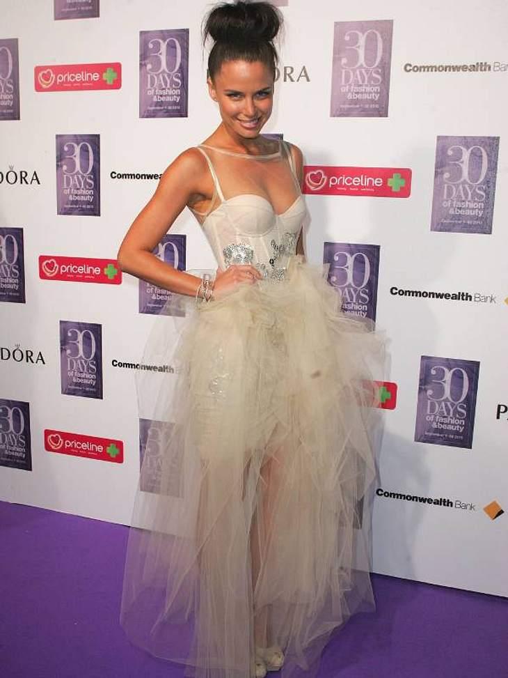 Die Luxus-Ballkleider der StarsTV-Schauspielerin Jodie Gordon trägt ein Model, das eher was für coole Frauen ist: ganz kurz mit nur wenigen Schichten fluffigen Tülls als Rock.