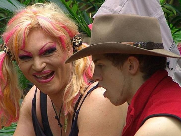 """Ohne Olivia Jones wäre das """"Dschungelcamp"""" langweilig!Auferklärungsunterricht im """"Dschungelcamp"""": Mit Engelsgeduld erklärt Olivia Jones dem sichtlich verwirrten Joey Heindle (19), was eigentlich ein Travestie-Künstler is"""