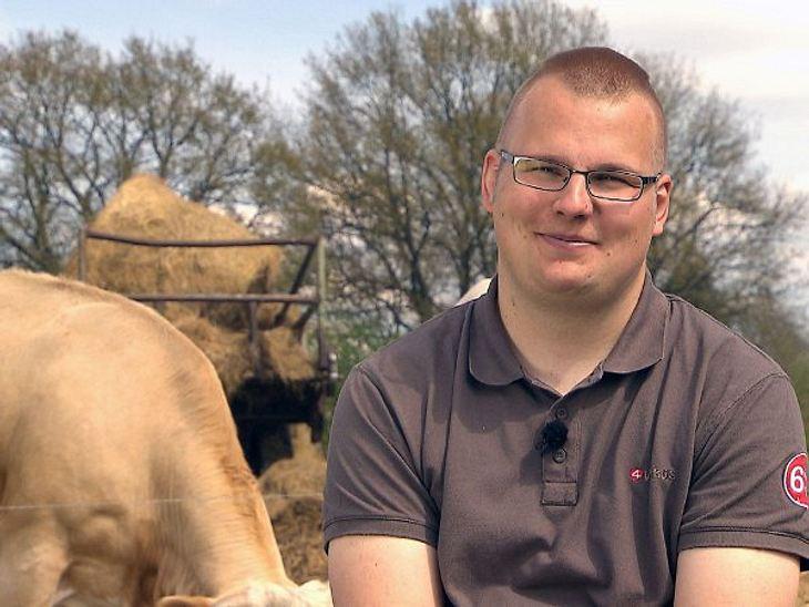 """""""Bauer sucht Frau"""" - Die Kandidaten 2012Aus Brandenburg kommt der patente Kuhbauer Johannes (26). Zusammen mit seinem Vater kümmert er sich um Feld und Tiere - für Partys bleibt da wenig Zeit.""""Ich kann absolut keine Mädels an"""